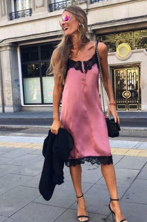 Лека розова рокля