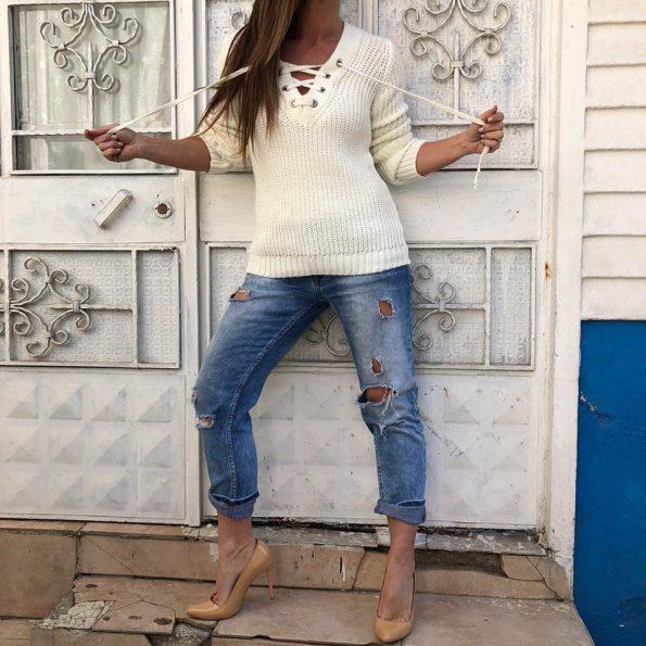 Бял пуловер с връзки